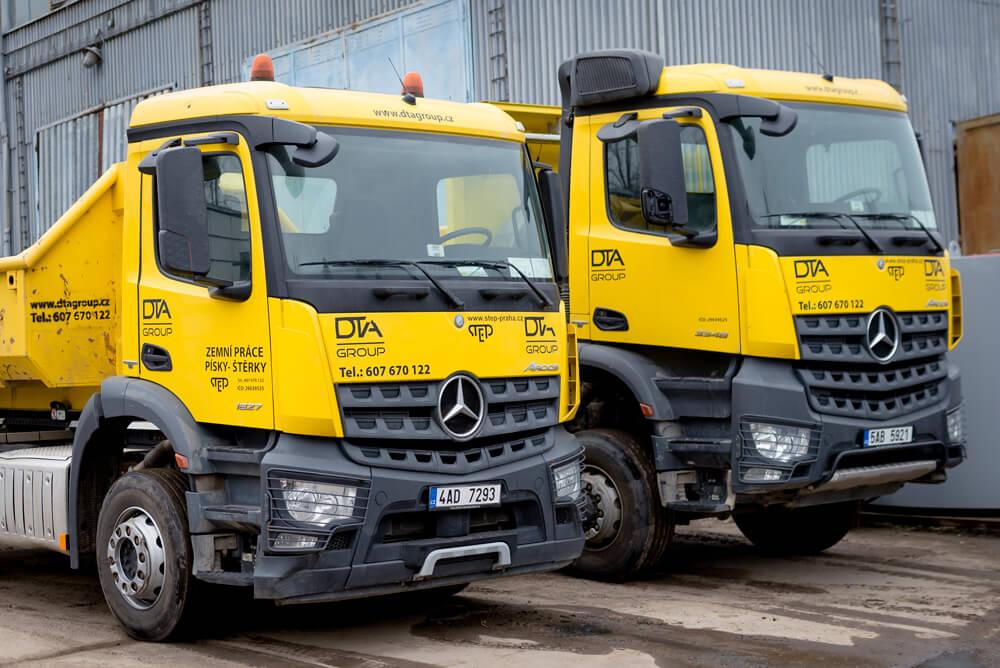 Dvě nákladní auta Mercedes DTA Group vedle sebe